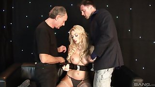 Kermis wife shows off in unconstrained threesome on the top of two chunky dongs