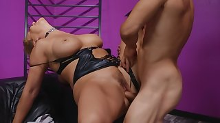 Short-haired blonde MILF enjoys ugly sex with hung client